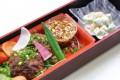 豚バラ肉のネギステーキとエビとアボカドサラダ
